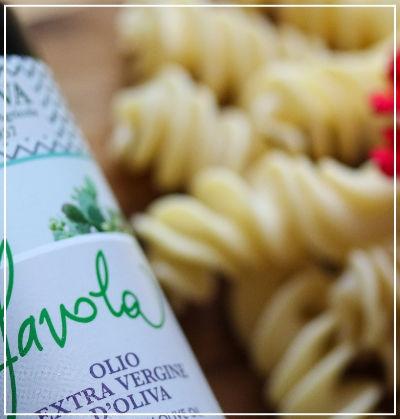 particolare bottiglia olio favola - Azienda Agricola Oliva